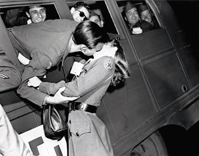 Vintage World War II romantic pictures and kisses