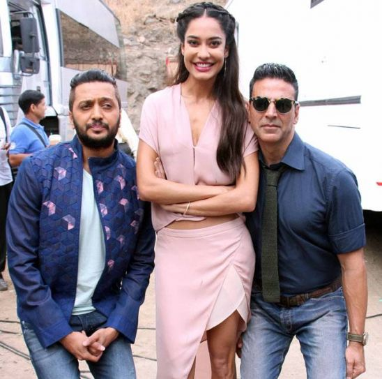 Standing tall: Lisa Haydon poses with Akshay Kumar and Riteish Deshmukh.