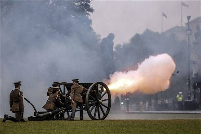 First World War cannons being fired