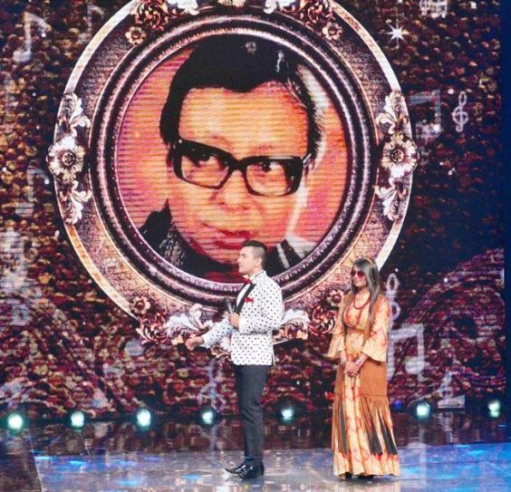 Host Aditya Narayan welcomes Asha Bhosle on the sets of Sa Re Ga Pa Ma.