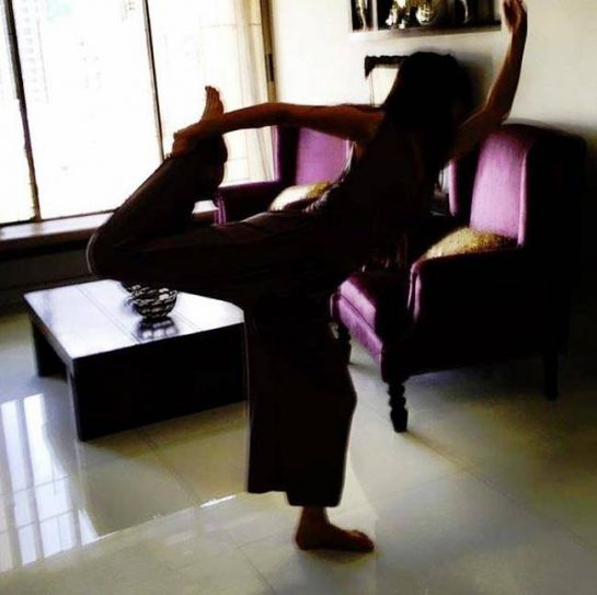 Ishq Ka Rang Safed actress Sanjeeda Sheikh doesn't mind doing yoga in her living room.