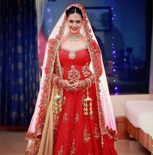 We knew that Divyanka Tripathi will look gorgeous on her wedding, but we surely didn't know she will look this beautiful.