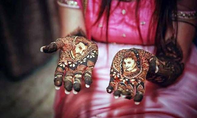 Now it is time for Mehendi. The highlight of her mehendi had to Divyanka and Vivek's faces embossed on the bride-to-be's hands.