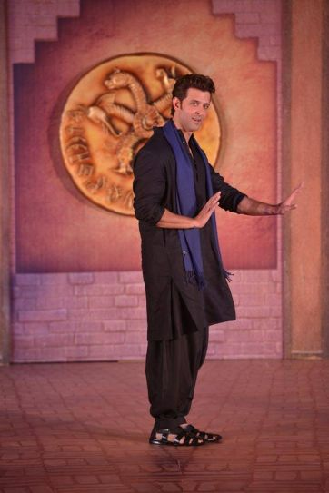 Hrithik Roshan doing the signature Ek Pal Ka Jeena step from his debut film Kaho Naa... Pyaar Hai.