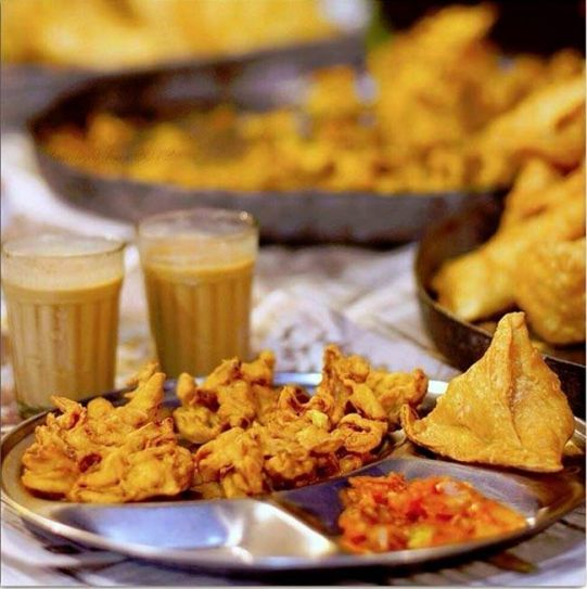 Pakoras are referred to as bhajis in Maharashtra. Onion bhajis, with a chai, samosa, and a tomato chutney are all we need to enjoy rainy Indian evenings.