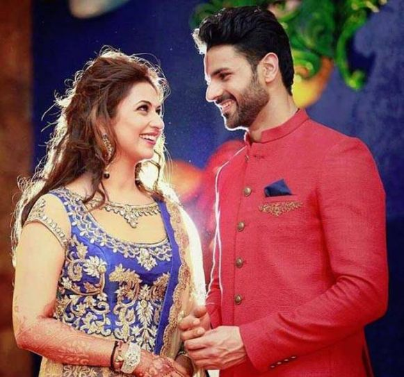 Here comes the Sangeet pics. Divyanka chooses a blue outfit for this function. Vivek is wearing a red and black sherwani.