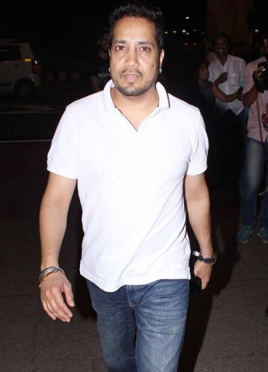 Mika Singh was clicked at the Mumbai international airport.