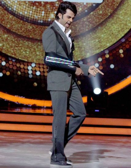 Manish Paul underwent a shoulder surgery recently. Here he's seen hosting the show with a sling.