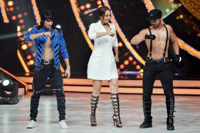 Jacqueline shakes a leg with the contestants.