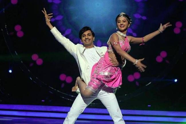 Swaragini actress Helly Shah looked gorgeous in her Sridevi avatar as she shook her leg to Naino Mein Sapna with her choreographer Jai Kumar Nair. However, the lady could not woo the judges. Sadly, Helly got eliminated this week.