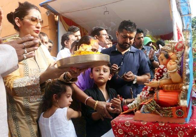 Maanayata Dutt with kids at Ganpati Visarjan