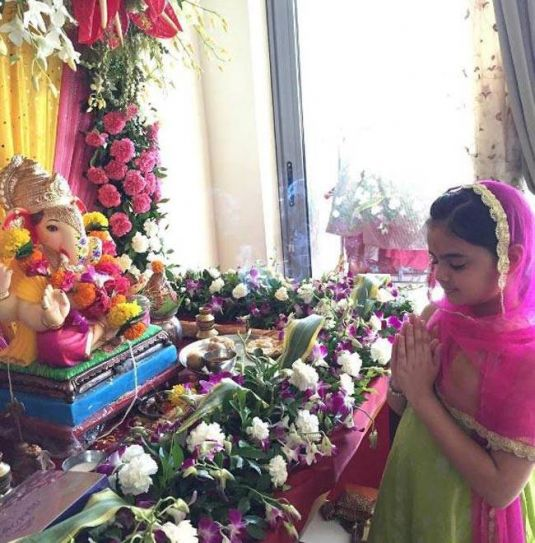 Yeh Hai Mohabbatein actress Ruhanika Dhawan is offering her prayers to Ganeshji with full devotion.