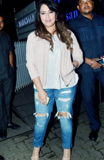 Mahima Chaudhary poses for the cameras outside Hakkasan.