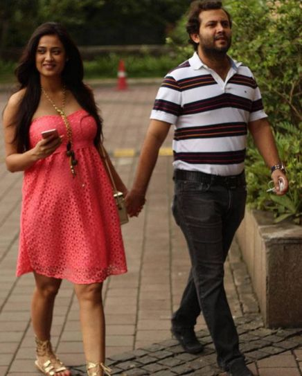 Shweta Tiwari walking hand-in-hand with husband, Abhinav Kohli, in a cute pink dress. The happy couple met on the sets of Jaane Kya Baat Hui.