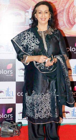 Neena Kulkarni, who plays Divyanka Tripathi aka Ishita's mother in Yeh Hai Mohabbatein, looked graceful in black salwar kameez.