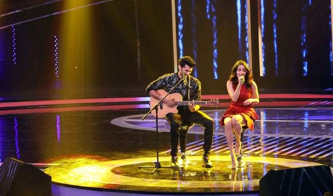 Aditya Roy Kapur plays guitar for Shraddha and the actress seems to be singing along.