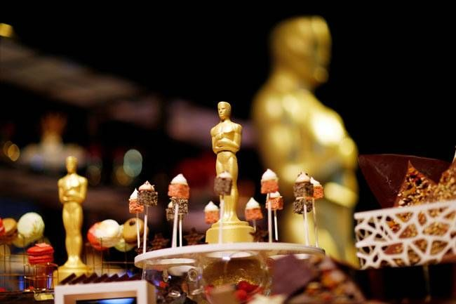 A variety of finger-desserts, chocolate Oscar statuettes, and cakes will be served on the special occasion.