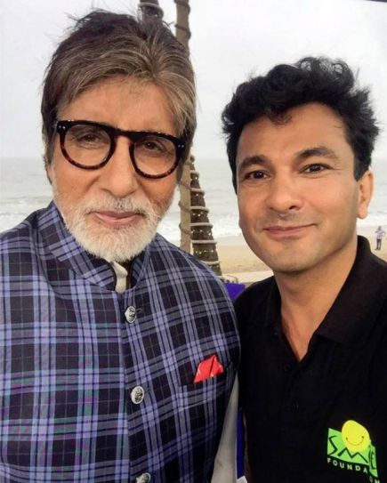 How can an Indian chef not be amazed by the living legend that is Mr Amitabh Bachchan? Vikas Khanna gifted a copy of Utsav to the Indian actor in 2015.