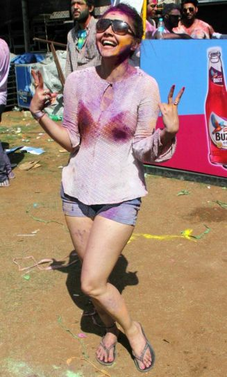 Devoleena Bhattacharjee doesn't need a Saathiya to indulge in all the Holi fun.