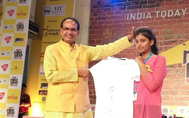 Madhya Pradesh Chief Minister Shivraj Chouhan distributes signed T-shirts to students at India Today Mind Rocks Bhopal 2017.