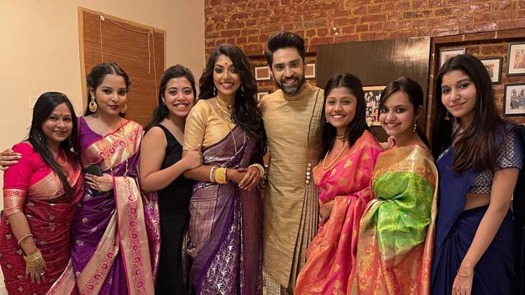 Gourab-Deblina Marriage: ঘরোয়া বৌভাত, কন্ট্রাস্টে সেজেছেন নতুন দম্পতি গৌরব-দেবলীনা - Devlina Kumar Gourab Chatterjee marriage reception with family shares picture on social media - AajTak