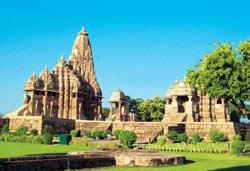 Kandariya Mahadeva temple with a small Shiva shrine and the Jagdambi temple (right)