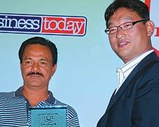 Raj Krishna, MD, Sai Lakshmi Constructions (individual winner, 19-24 handicap category) receives the prize from Tatsuya Natsume, Director-Marketing, Honda Siel Cars India