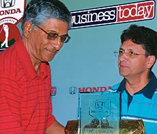 V.P. Mahendra, MD, VST Tillers Tractors (member, runners-up team) receives the prize from Vipul Hoon