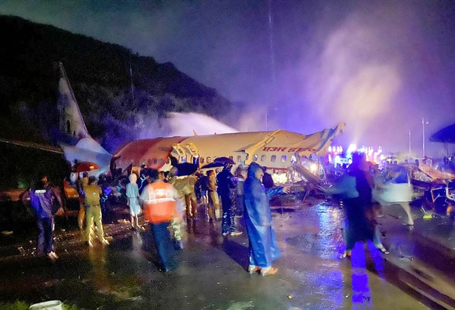 Air India crash: MoS Muraleedharan reaches Kozhikode, Hardeep Singh Puri to arrive today