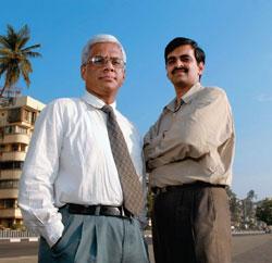 Prasad Chitnis (L), Head (Sales & Distribution), with Ravindranath Easwaran, Head (Retail), SBICAP Securities