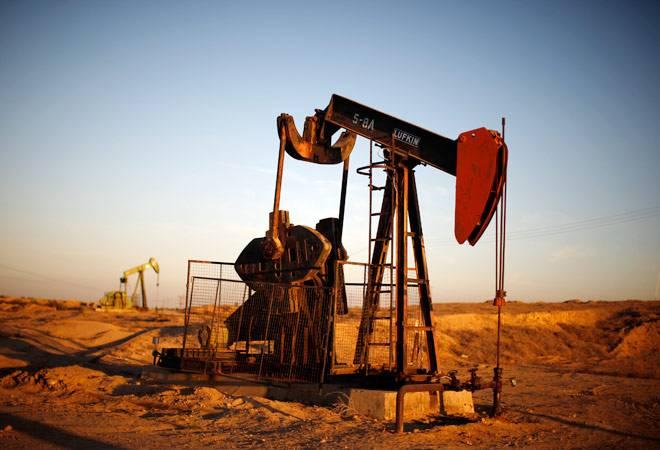 Oil down 4 percent as US glut overshadows producer talks