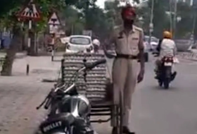 Caught on cam: Punjab cop filmed stealing eggs from cart, suspended after video goes viral