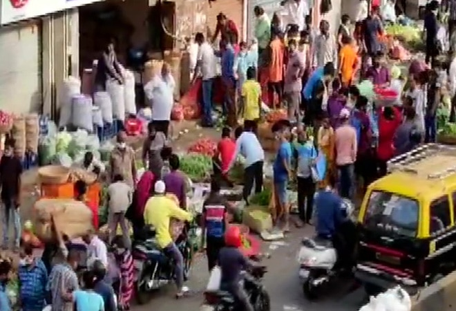 Huge crowd spotted in Dadar even as Mumbai cripples under COVID-19