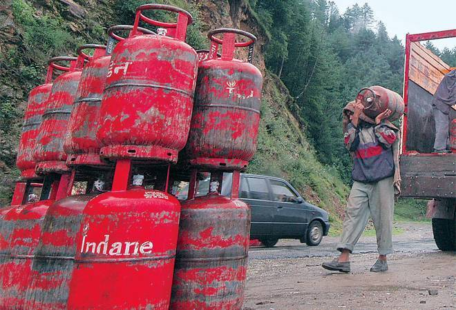 After Rs 76.5/cylinder hike, oil companies skip LPG price revision