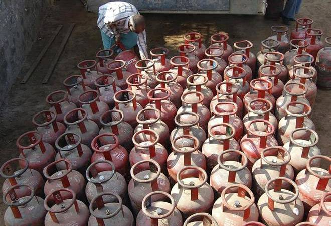 Subsidised LPG price slashed by Rs 6.5; market priced cooking gas sees Rs 133 cut
