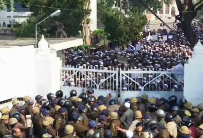 Citizenship Amendment Act: Day after Jamia clashes, Lucknow university students face off with police