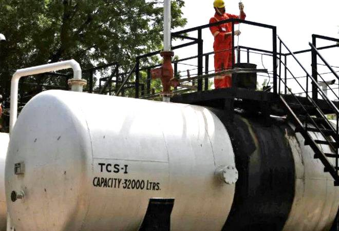 Govt slashes natural gas prices by 12.5% for October-March period