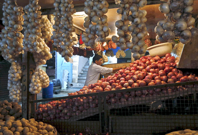 Govt feels onion heat, asks to import 10K tonnes