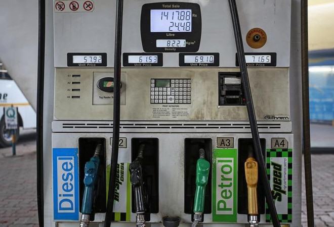 Petrol pumps overcharge, says CAG; holes in fuel pricing system