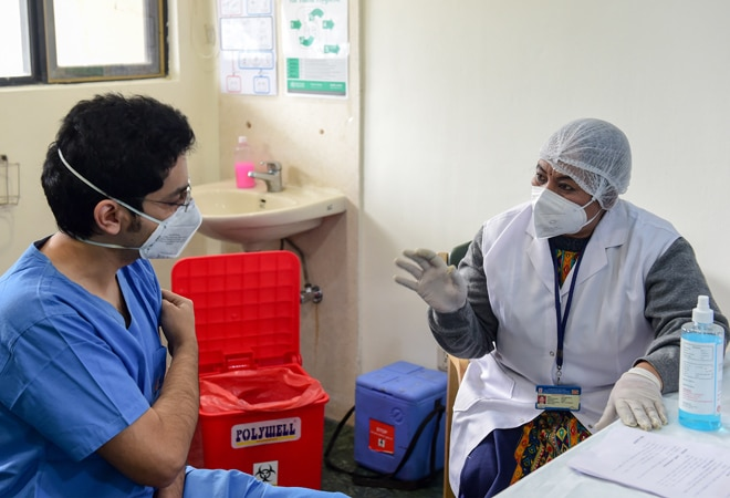 Doctor who received COVID-19 vaccine contracts coronavirus