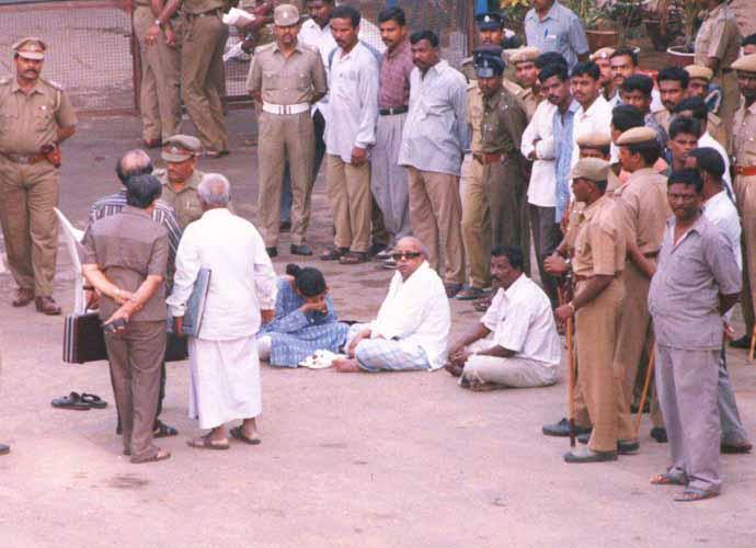 karunanidhi-arrest-6_080818115245.jpg