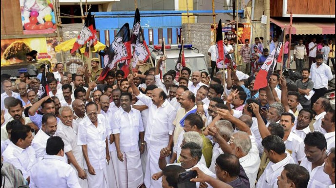AIADMK party cadre, led by MLA V V Rajan Chellappa, protest against Sarkar in Madurai.(Photo: PTI)