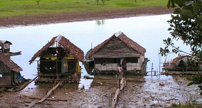 नदी के किनारे बने फ्लोटिंग हाउस. ये यहां के मछुआरों के घर हैं.