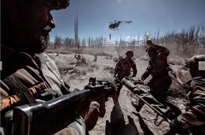 दुर्गम इलाकों में पहाड़ों के बीच भी सेना के रेस्क्यू ऑपरेशन होते हैं.