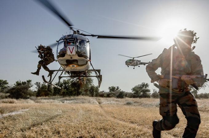 ये सैनिक अपनी जिंदगी हर रोज़ दांव पर लगाते हैं ताकि हम सुरक्षित रह सकें.