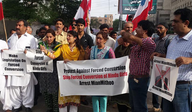 2016 में लाहौर के फैजल स्क्वेयर पर मियां मिट्ठू के खिलाफ होता विरोध प्रदर्शन)