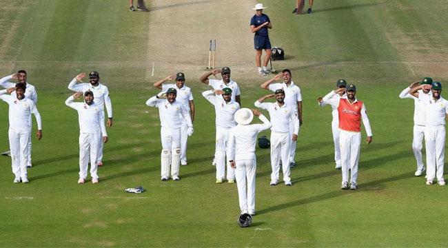पाकिस्तानी खिलाड़ी, कोच यूनुस खान को मिलिट्री सलूट करते हुए.