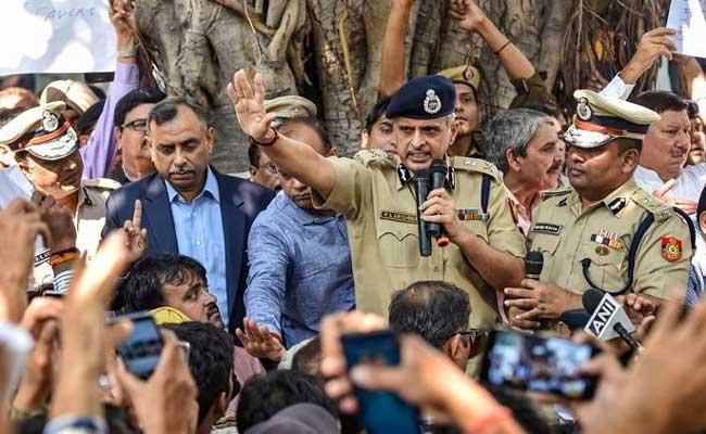 पुलिस, प्रदर्शन, वकील, मारपीट, दिल्ली, धरना