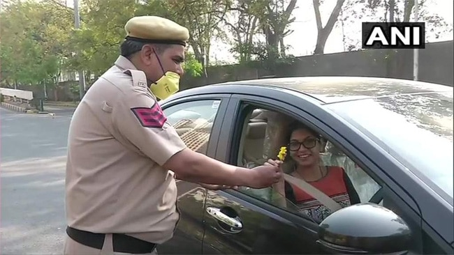 a delhi policeman offers rose during janta curfew