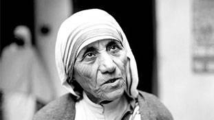 संत मदर टेरेसा: इस महिला की महानता पर दाग लगाते गंभीर आरोप